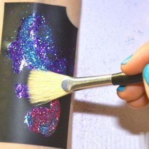 8. Tisztítás: Söpörd le a felesleges csillámport.